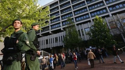 Polizisten bewachen den NSU-Prozess in München.