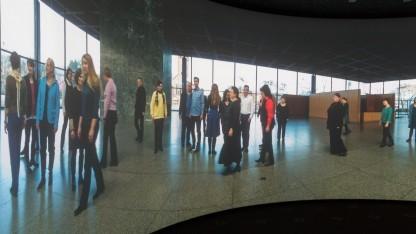 Gebogene Kinoleinwand im Timelab des Fraunhofer HHI: Bilder in 10-facher HD-Auflösung