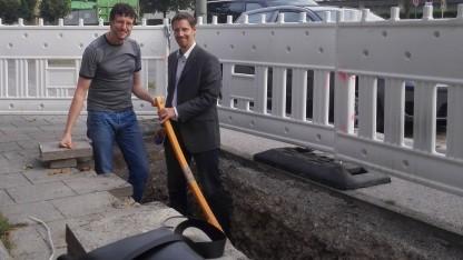 In der Grube: Robert Prinz, Gesamtprojektleiter FTTB2 Stadtwerke München (r.), mit Golem.de-Redakteur Achim Sawall