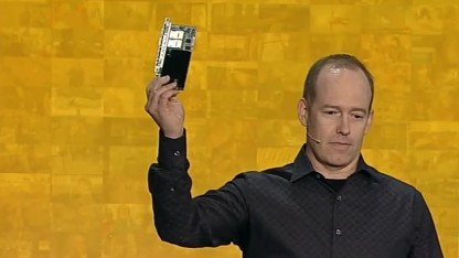 Doug Burger zeigt das 30-Watt-FPGA-Board.