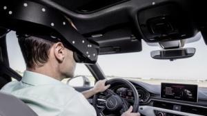 Mit der VR-Brille lässt sich das Auto in einer virtuellen Umgebung steuern.