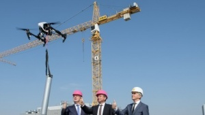 Die Telekom macht Grundsteinlegung mit Drohne.