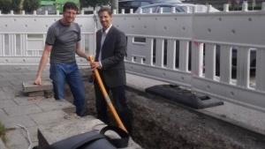 In der Grube: Robert Prinz, Gesamtprojektleiter FTTB2 Stadtwerke München (rechts) mit Golem.de-Redakteur Achim Sawall