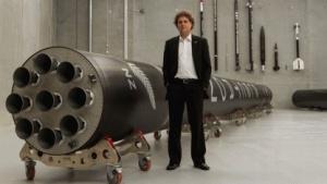 Firmengründer Peter Beck neben einer Electron-Rakete
