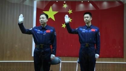 Die beiden Taikonauten Jing Haipeng (links) und Chen Dong