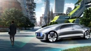 Im Idealfall hält der autonome Mercedes F015 vor Fußgängern und projiziert sogar einen Zebrastreifen auf die Fahrbahn.