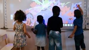 Schüler malen auf einem Whiteboard.