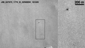 Der Einschlagkrater des Marslanders Schiaparelli (oben rechts)