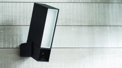 Netatmo Presence wird statt einer Außenlampe an der Fassade angebracht.