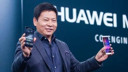 Richard Yu mit dem Mate 9 und dem Porsche Design Huawei Mate 9