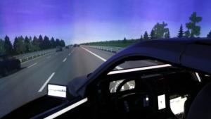 Ein reales Auto fährt beim DLR über eine virtuelle Autobahn.