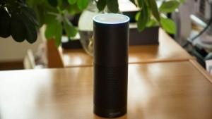 Der smarte Lautsprecher Echo läuft mit Amazons Alexa.