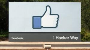 Schild am Eingang der Facebook-Zentrale in Menlo Park, Kalifornien