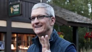 Noch trägt Apple-CEO Tim Cook eine normale Brille.