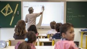Eine Lehrerin nutzt ein interaktives Whiteboard.