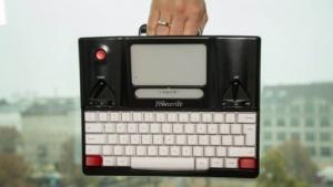Die Cloud-Schreibmaschine Freewrite hat einen praktischen Haltegriff.