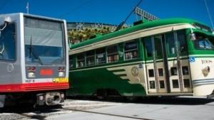Zwei Bahnen der SFMTA.