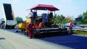Beim Straßenbau muss Glasfaser mit in die Erde