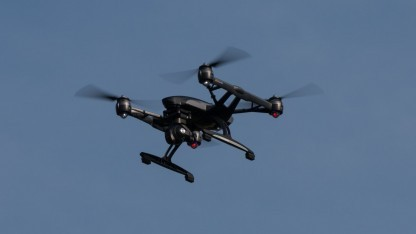 Quadrocopter (Symbolbild): US-Militärhubschrauber musste nach Kollision mit einer Drohne landen.