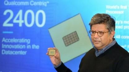 Der bei Qualcomm für Rechenzentren zuständige Anand Chandrasekher zeigt einen Centriq 2400.