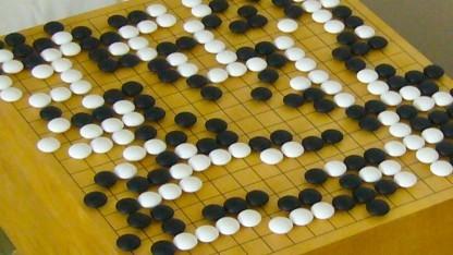 Das asiatische Brettspiel Go wird mit schwarzen und weißen Steinen gespielt.