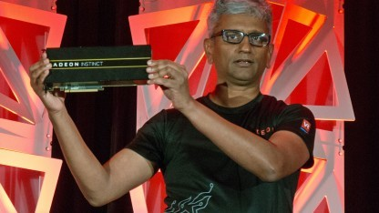 Raja Koduri mit einer Radeon Instinct MI25 mit Vega-Chip