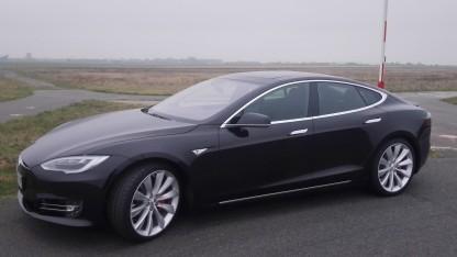Der Tesla Model S verfügt über ein Notbremssystem.