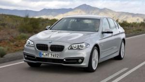 BMW der Baureihe 5: erfolgloser Versuch, wegzufahren