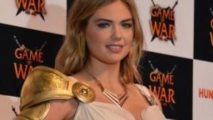 Das Model Kate Upton wirbt für Game of War.