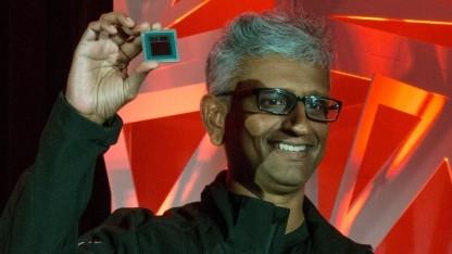 Raja Koduri zeigt den Vega-10-Chip.