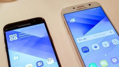 Links das Galaxy A3, rechts das Galaxy A5