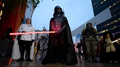 Darth-Vader-Darsteller (bei der Premiere von Rogue One): Es reißt einen mit.