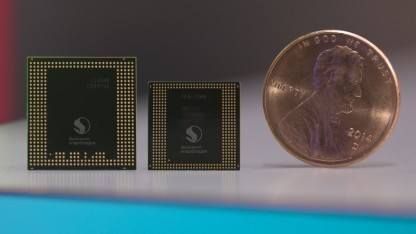 Snapdragon 835 (Mitte) neben Snapdragon 820 und einer 1-US-Cent-Münze