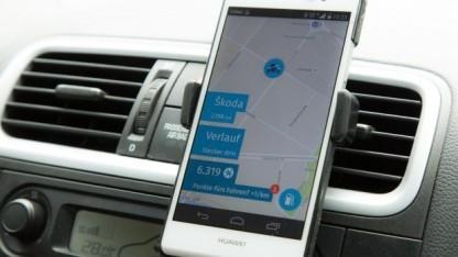 Die Nutzung von Apps im Auto ist inzwischen weit verbreitet, aber nicht ungefährlich.