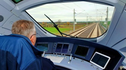 Zugführer im ICE (Symbolbild): Bahn-Chef Grube hält automatisierten Zugbetrieb Anfang der 2020er Jahre für möglich.