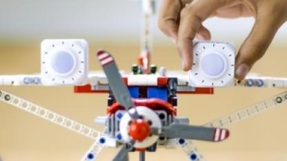 Plezmo-Bausteine auf einem Lego-Modell