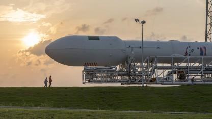 Eine Falcon-9-Rakete auf dem Weg zur Startrampe