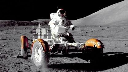 Eugene Cernan auf dem Mondauto. Er hält mit 18 km/h den Geschwindigkeitsrekord auf dem Mond.