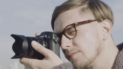 Fotograf mit Digitalkamera (Symbolbild): Den Kamera-Akku wird der Chip wohl nicht ersetzen.