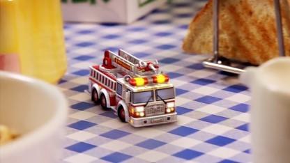 Eine Micro Machine auf dem Frühstückstisch