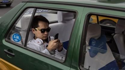 Auf dem Rücksitz eines Autos in Ordnung, am Steuer nicht: Smartphones im Auto.
