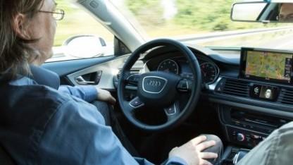 Autofahrer sollen den Autopiloten künftig dauerüberwachen.