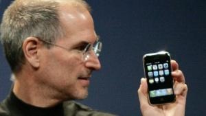 Der damalige Apple-Chef Steve Jobs präsentiert das iPhone.