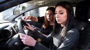 Fahrschülerin (Symbolbild): verschiedene Möglichkeiten, den Fahrer zu wecken