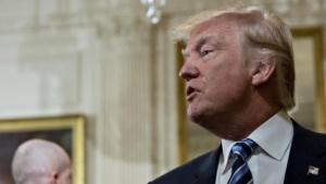 Donald Trump bei der Vereidigung seiner Mitarbeiter