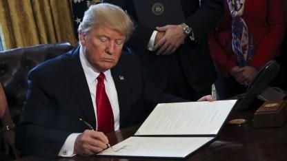 US-Päsident Donald Trump unterzeichnet eine Exekutivorder (Symbolbild): Einreiseverbot schadet der US-Wirtschaft