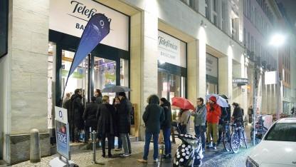 Kunden stehen im Regen.