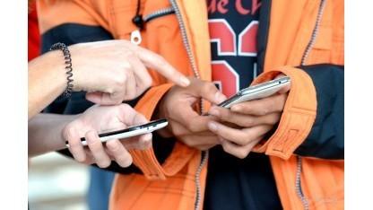 Handys sind für Geflüchtete extrem wichtig, ob als Wegweiser, Kommunikationsmittel oder Übersetzungshilfe.
