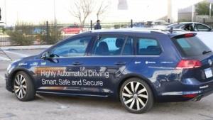 Ein typisches Kooperationsauto mit Aufklebern von Microsoft, IAV, NXP, Esri, Swiss Re und Cubic Telecom