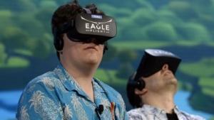 Palmer Luckey (links) im Jahr 2016 mit Oculus Rift